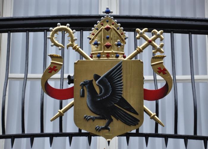 het wapen voor het Bisschoppelijk paleis, parade 11 te  's-Hertogenbosch, in samenwerking met  Vingerhoeds metaalbewerking